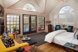Tree House getaway - luxury room and river views